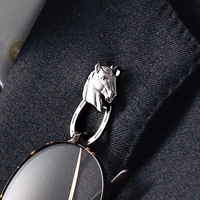 シルバーホースの眼鏡掛けピンブローチ
